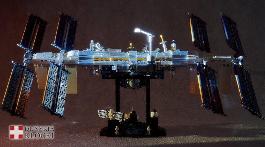 Zdjęcie oświetlonego modelu ISS