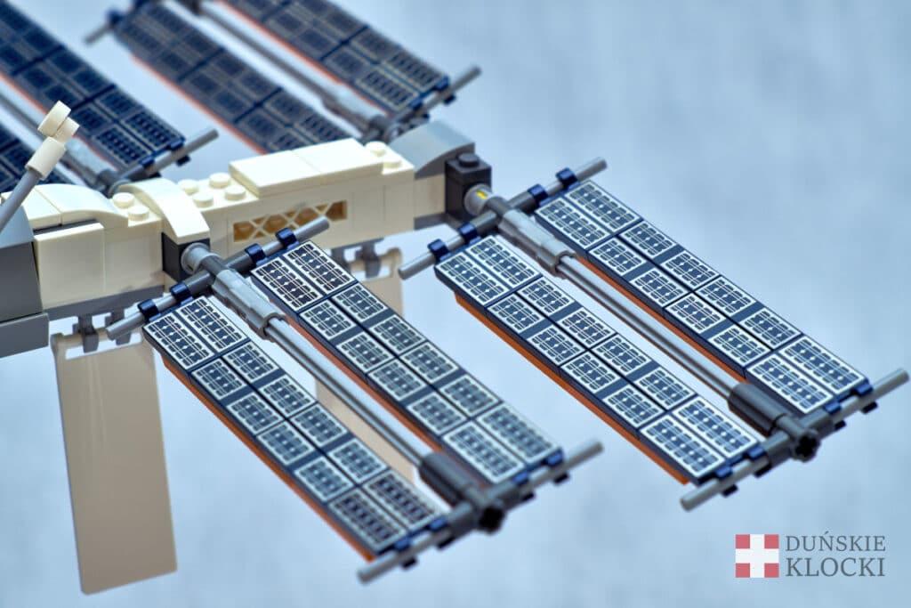 Zdjęcie zamocowanych paneli słonecznych w zestawie 21321 Międzynarodowa Stacja Kosmiczna