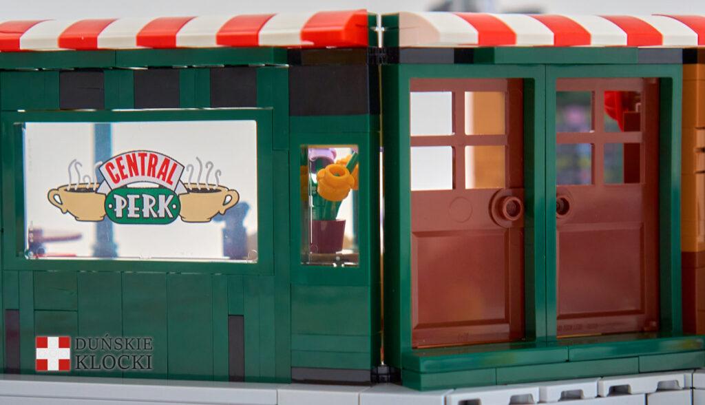 Drzwi wejściowe i witryna w Central Perk od zewnątrz